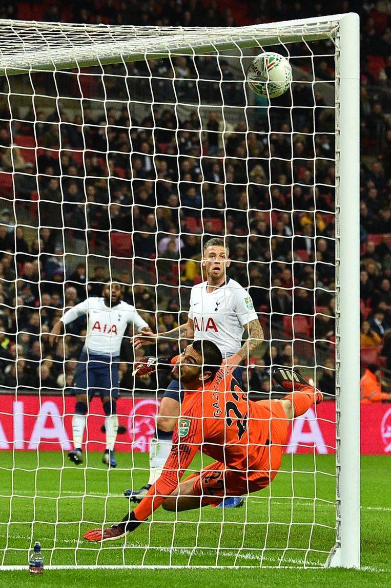 Gazzaniga tipt de bal nog tegen de onderkant van de deklat. Tottenham komt met de schrik vrij.