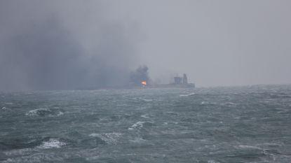 Storm hindert zoektocht naar overlevenden gebotste olietanker (die nog altijd brandt)