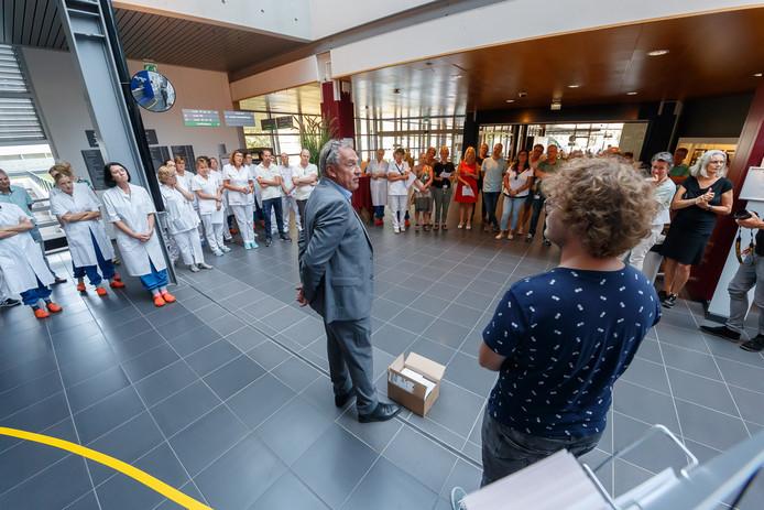 Actiecomité CAO Bravis overhandigde eind juli al een doos met handtekeningen aan Bravis-bestuurder Hans Ensing om de looneis van 5 procent kracht bij te zetten.