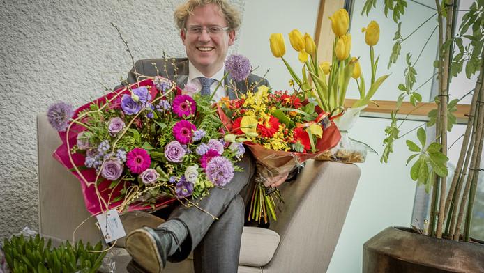 Burgemeester Arnoud Rodenburg met de bloemen. Eind goed, al goed
