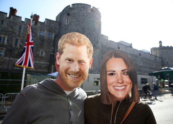 Fans dragen een masker van de Britse royals
