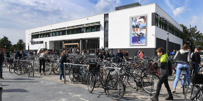 Het Elzendaalcollege in Boxmeer, in drukke tijden. Toen scholen in ons land nog niet verplicht dicht moesten vanwege de coronacrisis.