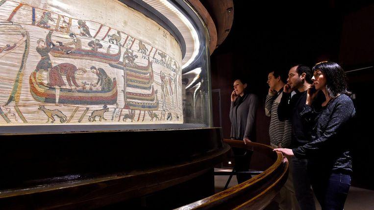 Museumbezoekers bekijken het tapijt van Bayeux. Beeld afp