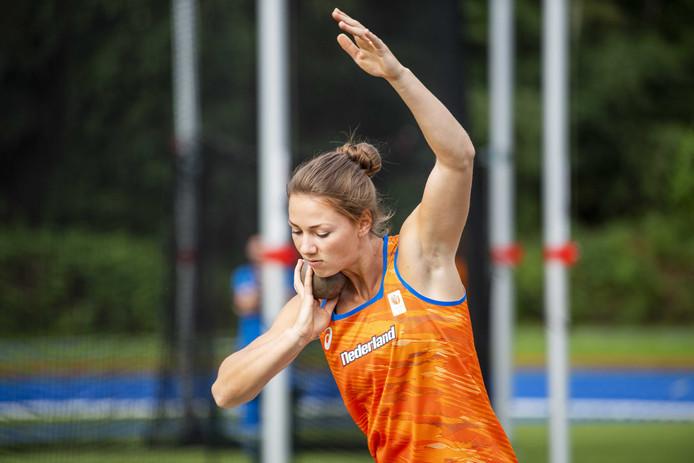 Emma Oosterwegel in actie tijdens de training.
