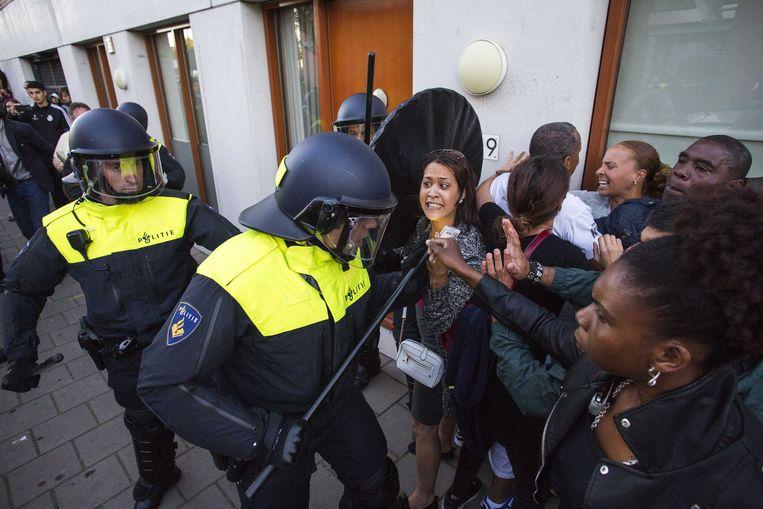 Leden van de Mobiele Eenheid grijpen in tijdens een demonstratie bij het politiebureau Heemstraat in Den Haag naar aanleiding van de dood van Mitch Henriquez.  Beeld ANP