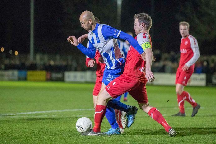 Hoek-speler Reguillo Vandepitte (links) en Ruben Hollemans van Goes eerder dit jaar in actie in de Zeeuwse voetbalderby in de derde divisie.