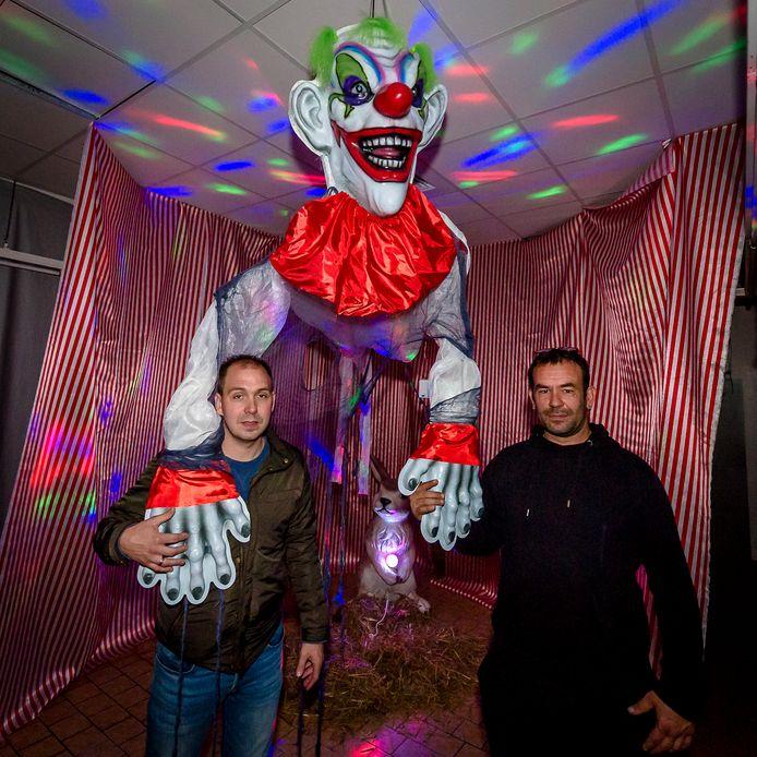 Wesley Fok (l) en hoofdbouwer Jeroen Kurver in de tot spookhuis omgebouwde oude supermarkt.