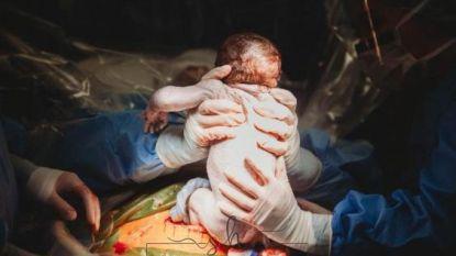 Vroedvrouw haalt eigen baby met keizersnede zelf uit haar buik