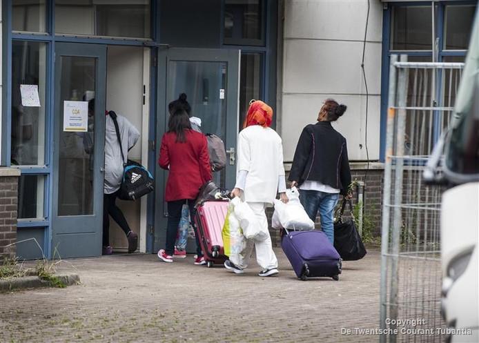 Aankomst eerste vluchtelingen in voormalig Wegener-pand