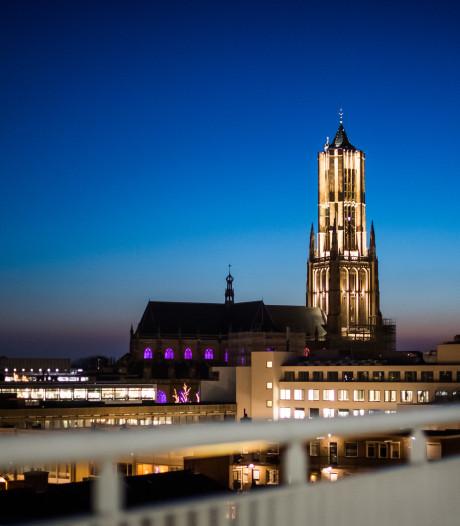 Toren van Arnhemse Eusebiuskerk staat na renovatie weer vol in het licht