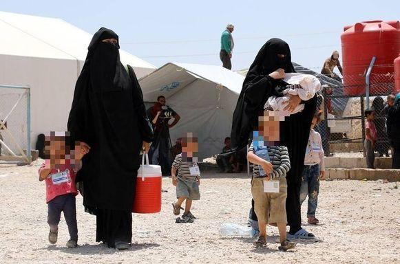 Vrouwen van IS-strijders met hun kinderen tijdens hun deportatie van het Al-Hol kamp in Syrië.