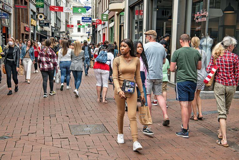 Drukte woensdag in de Kalverstraat in Amsterdam, het publiek lijkt de coronacrisis bijna vergeten. Beeld Guus Dubbelman / de Volkskrant
