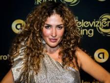 Katja Schuurman op aandringen van Freek uit de kleren voor FHM