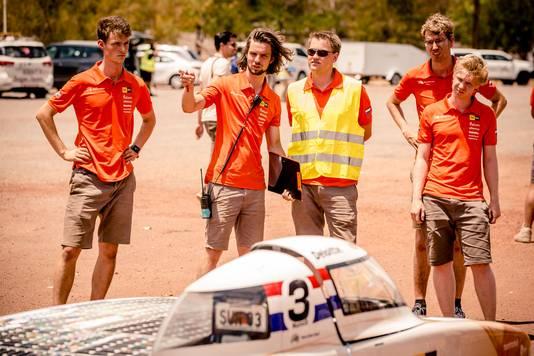 Foto: Jorrit Lousberg. Nuna9 op control stop Tennant Creek tijden racedag 2. Tweede van links is Steven van Rooij in zijn functie als racemanager.