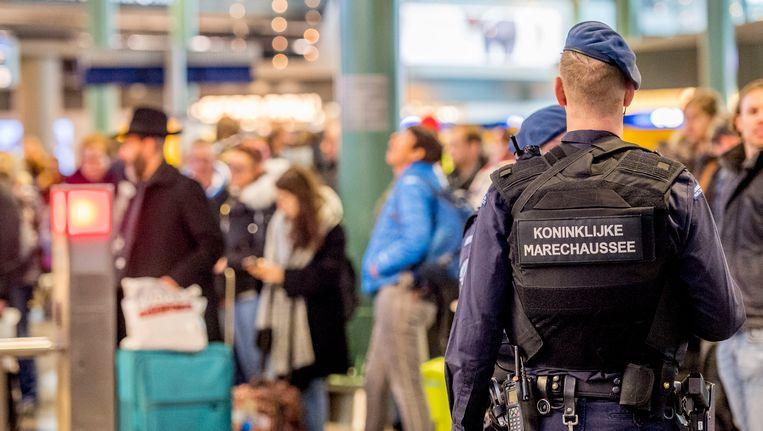 Millitairen en marechausee bij extra controles op luchthaven Schiphol vorig jaar. Beeld anp
