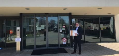 Wethouder brengt gebak langs verpleeghuizen in Bronckhorst