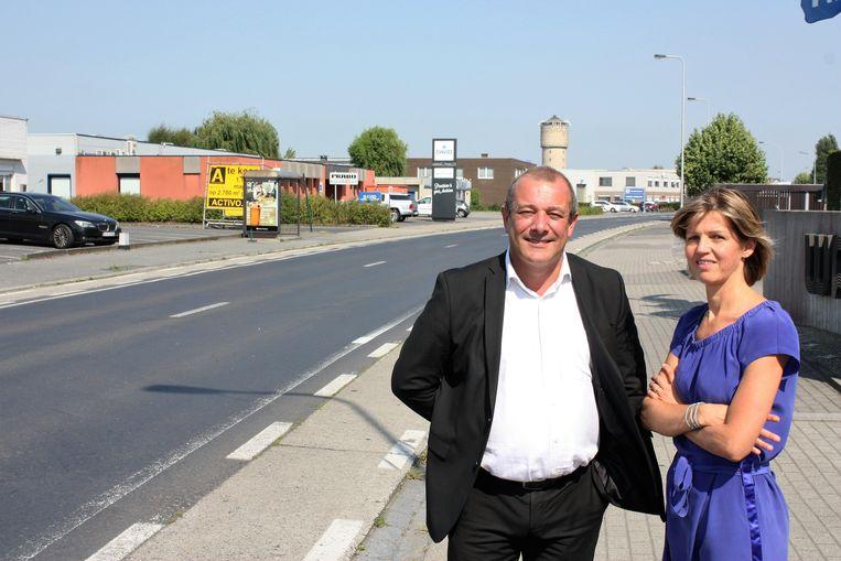 Kurt Ghekiere (voorzitter vzw bedrijvenpark Kortrijk-Noord) en Annelies Corne (parkmanager Kortrijk-Noord) in de Heirweg, één van de invalswegen waar mogelijk een ANPR-camera komt.