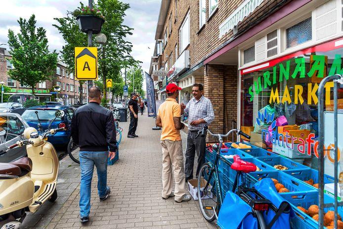 Vanuit Zeist, Woerden en Culemborg komen mensen naar de Kanaalstraat om te eten en te winkelen.