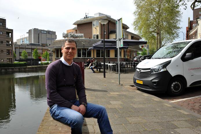 PaoloGervasio voor zijn ijssalon, waar aan de kant van de Spuihaven nu nog 23 parkeerplekken zijn.