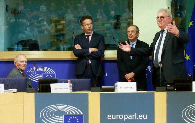 De Duitse minister Wolfgang Schäuble, minister Jeroen Dijsselbloem, de Italiaanse minister Pier Carlo Padoan en de Duitse voorzitter van de onderzoekscommissie, Werner Langen. Beeld EPA