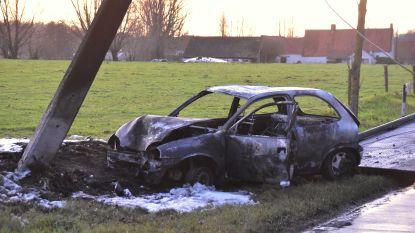 Auto botst tegen paal en brandt uit: bestuurder lichtgewond