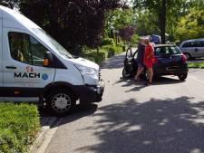 Bedrijfsbusje knalt op personenauto in Varsseveld