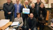 Afscheidnemend burgemeester krijgt straatnaambord van partijgenoten