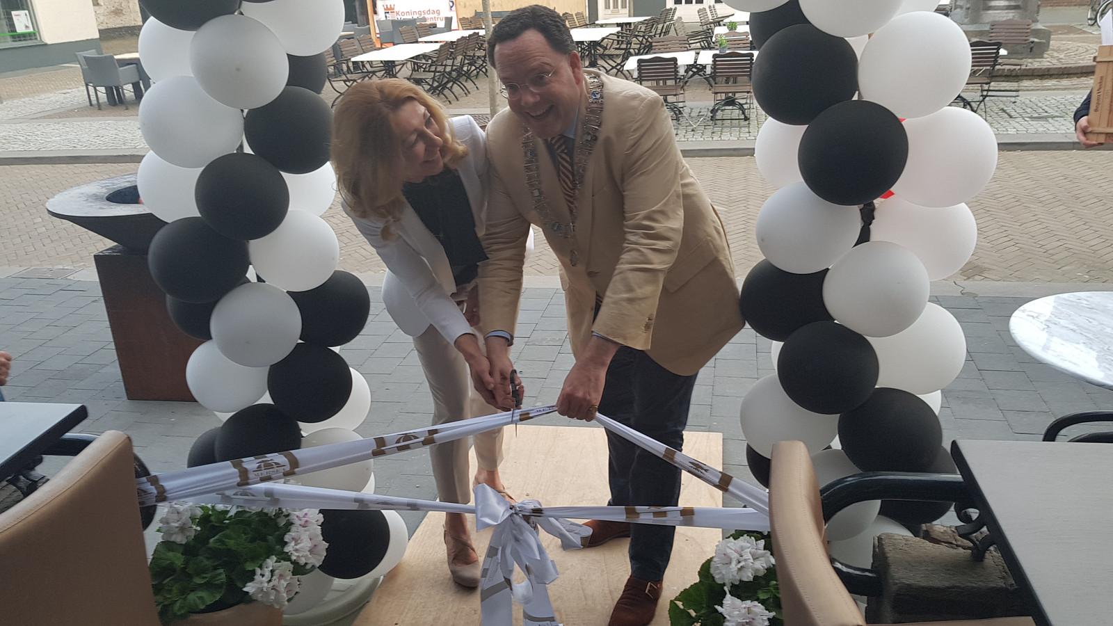 Mariëtte Noor-Lamers en de burgemeester openen Mersea in Vught.