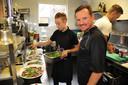 In de keuken: Giovanni Tidili (rechts) en  Federico Peters.