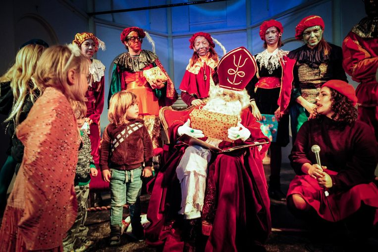 De alto-Sinterklaas en -Pieten van Ruigoord. Beeld Marcin Robak