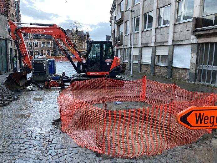 Omdat een waterlek aan het Vrijheidsplein dringend moest gedicht worden, is de doorgang richting de Kapellestraat tijdelijk versperd.