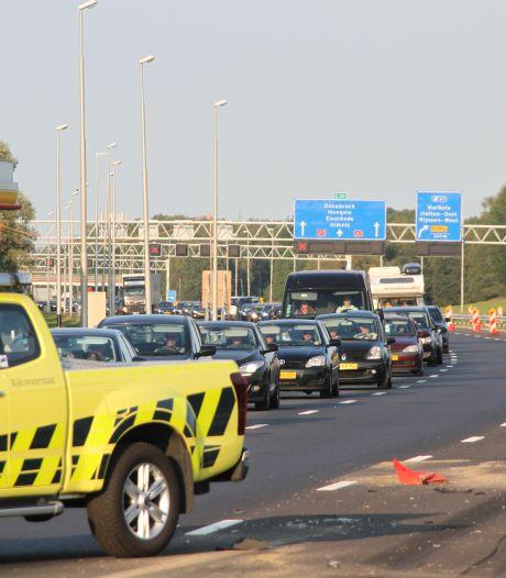 Auto rijdt tegen afzetpaaltjes op A1 bij Holten, ongeluk leidt tot file