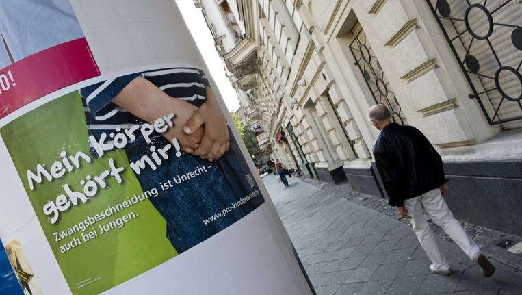 Een anti-besnijdenisposter in Berlijn Beeld AFP