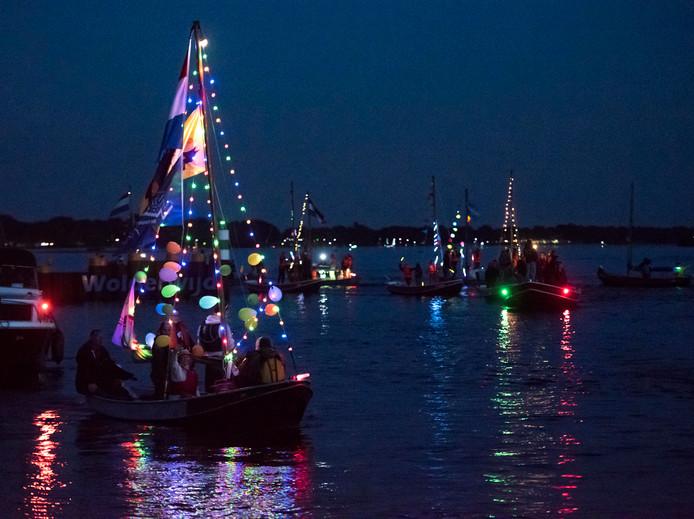 Verlichte bootjes tijdens de gondelvaart in de Aanloophaven