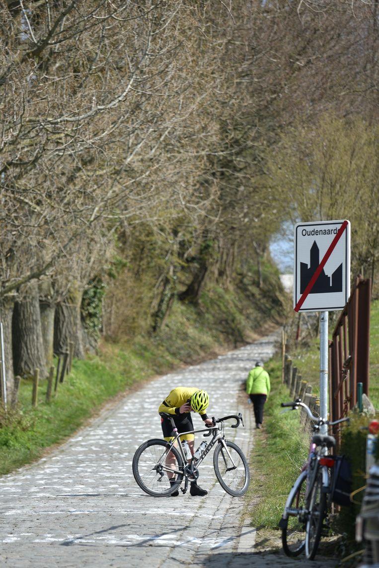 De Koppenberg. Een eenzame fietser, een eenzame wandelaar.