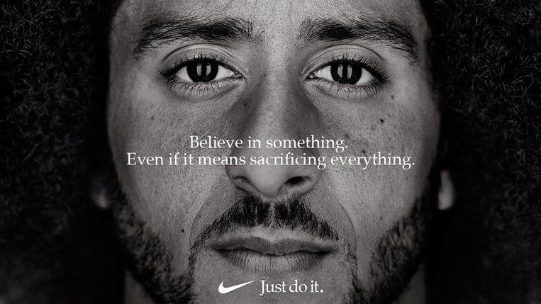 Nike knielt mee met activistische football-speler Colin Kaepernick | Trouw