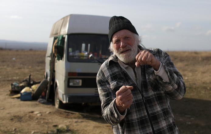 Oud-bokser Rudi Lubbers voor zijn busje bij Kosharitsa in Bulgarije.