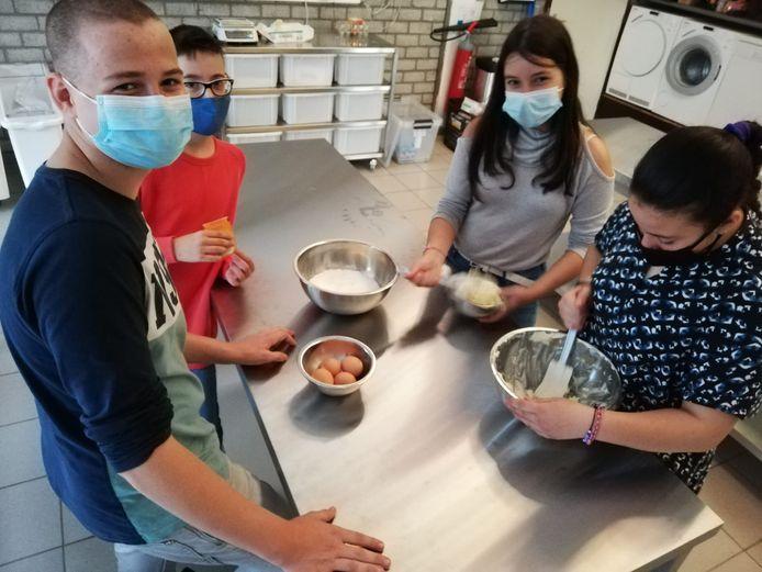 Leerlingen van Vibo De Ring tijdens een bakkerijles