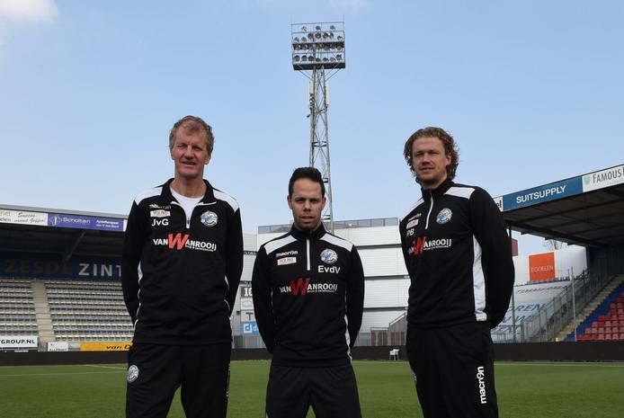 Erik van der Ven (midden) en Paul Beekmans (rechts), hier samen met teammanager Jan van Grinsven (links) op de foto, leidden sinds deze week de trainingen bij FC Den Bosch.