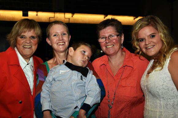 Arno met zijn twee mama's Carine en Ingrid en Margriet en Celien.