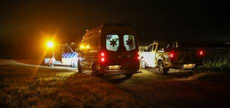Auto belandt in sloot naast A4 bij Woensdrecht en vliegt in brand