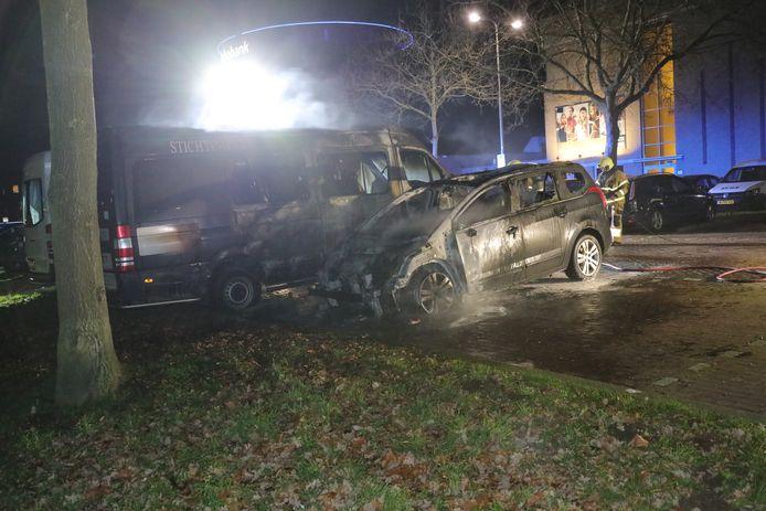 De auto en rolstoelbus van de Vrienden van Norbertus na de brand op de parkeerplaats achter theater De Lievekamp in Oss.