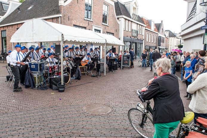 Tijdens grote publieksevenementen in de Oldenzaalse binnenstad als bijvoorbeeld het smartlappenfestival zouden fietsers op bepaalde plekken gedwongen moeten worden om te voet hun weg te vervolgen.