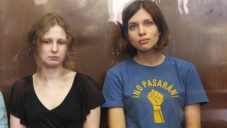 Nadezjda Tolokonnikova (R) en Maria Alechina, de gedetineerde leden van de band Pussy Riot. Beeld EPA
