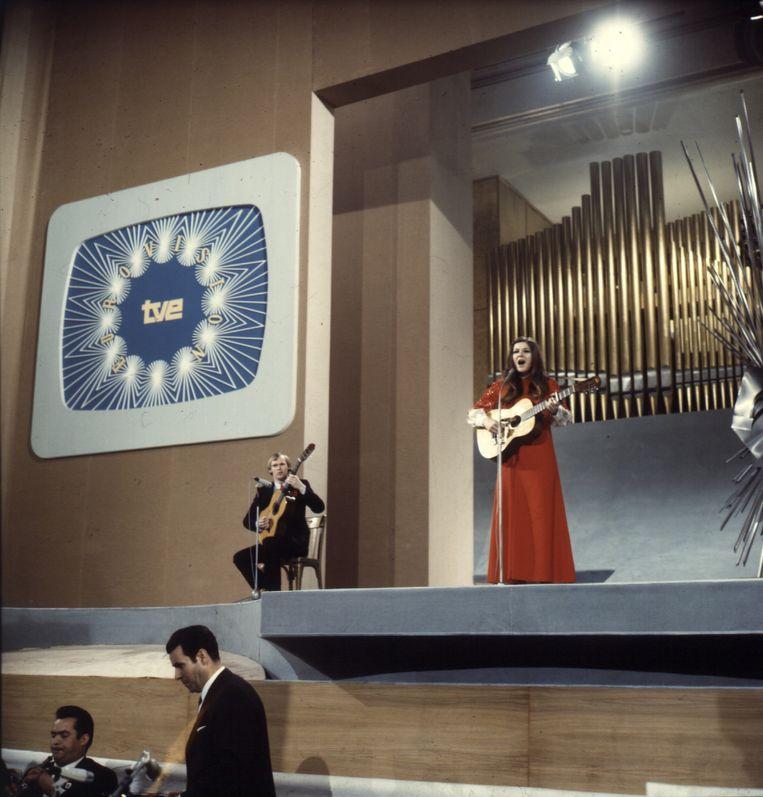 Lenny Kuhr wint op 19-jarige leeftijd het Eurovisie Songfestival. Beeld ANP