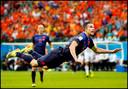 Robin van Persie zweeft door de lucht nadat hij de bal gekopt heeft in de openingswedstrijd van het WK Voetbal in Brazilie tegen Spanje.