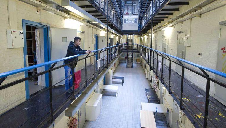 Een asielzoeker voor zijn kamer in de Vluchthaven. Beeld anp