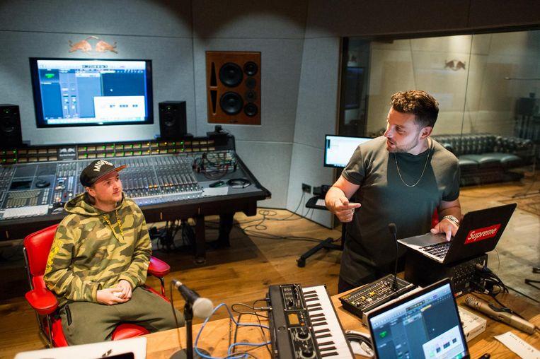 Simpson praat in de Red Bull Studios met rapper Yordi Hamming 'de Nederlandse Drake uit Almere'. Beeld Mats van Soolingen