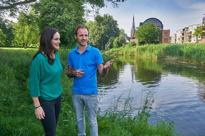 Jan de Graaf en Anne Ketelaars in het Julianapark te Veghel waar het natuurspeelpark moet komen.