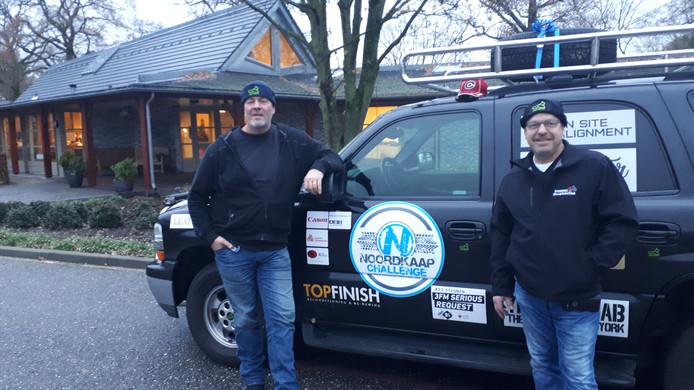 Coen van  Rooij (links) en Pete Donkers uit Canada vertrekken, samen met Ruud Kloek,  bij het hospice in Rosmalen voor de reis naar de Noordkaap.